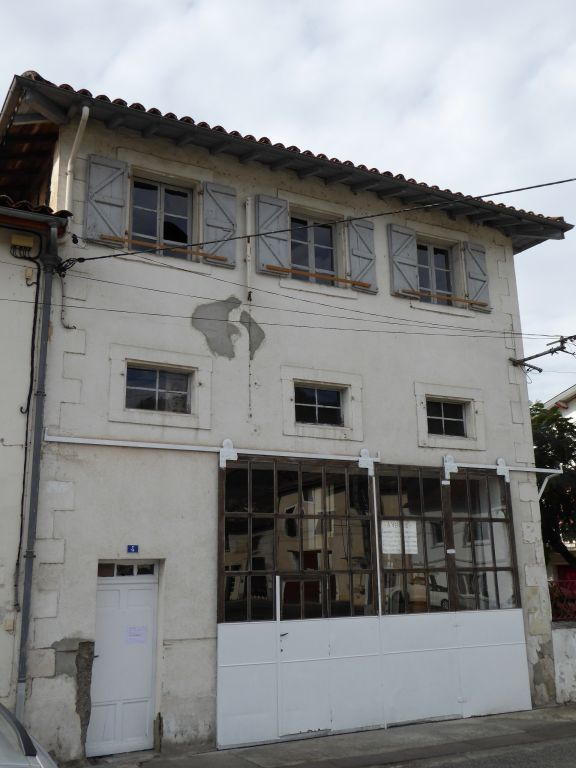 Property over two floors with large workshop on ground floor and apartment to renovate on 1st floor, good access.