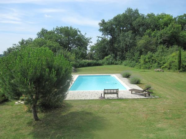 Ideal for nature lovers, this charming country house set in a hectare of mature and natural park, in a wonderfully peaceful situation with lovely views over the undulating Gascony countryside.