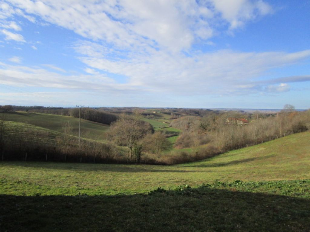 Beautiful 3-bedroom bungalow with exceptional views of the Gascony countryside and the chain of the Pyrénées beyond. Offering 141m2 of living space including a large open-plan living area of 36m2 with a fitted kitchen of 9.5m2