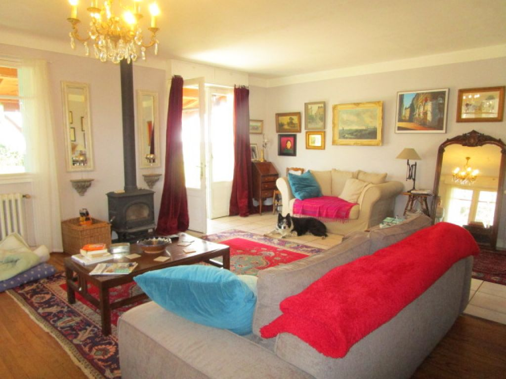 Spacious and beautifully presented 4-bedroom town house in a quiet setting, with views of the Gascony countryside and the Pyrénées beyond.