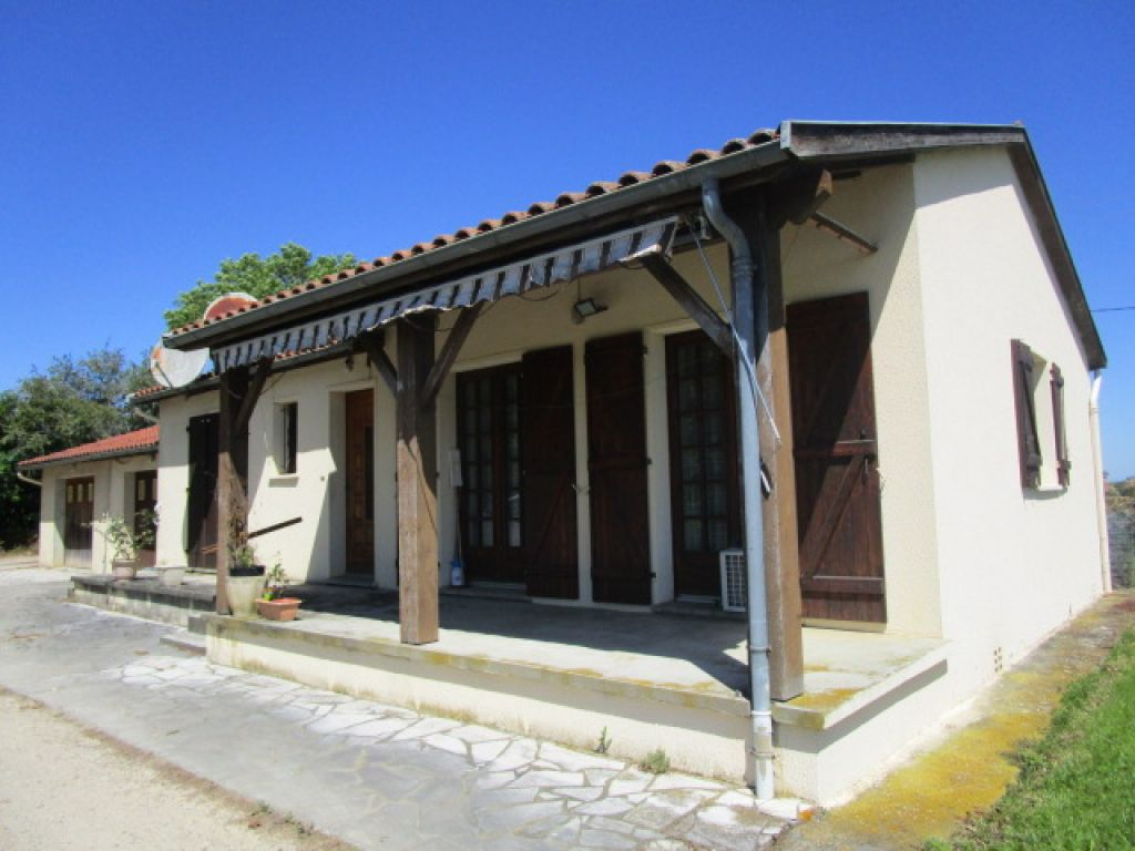 2 bedroom cottage sitting in rolling Gascony countryside, with beautiful views of the Pyrénées. 3000m2 of land.