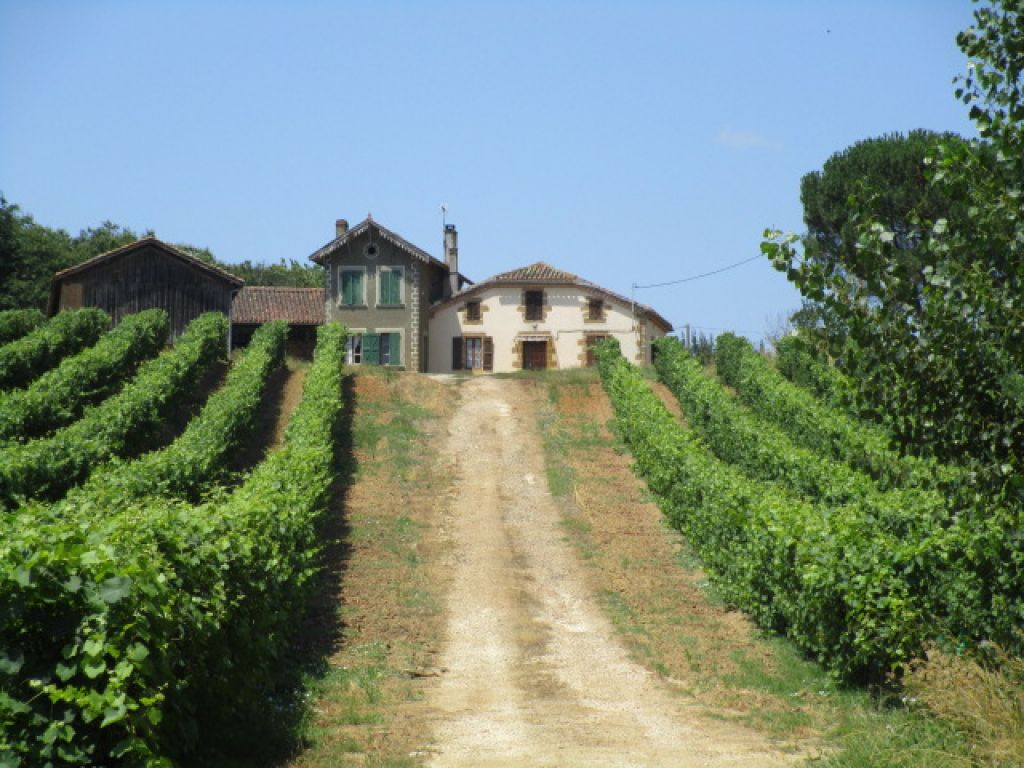 In the Armagnac region, 2 adjoining country cottages plus barns, overlooking the Gascony countryside. A total living space of 162m2, including 5 bedrooms.