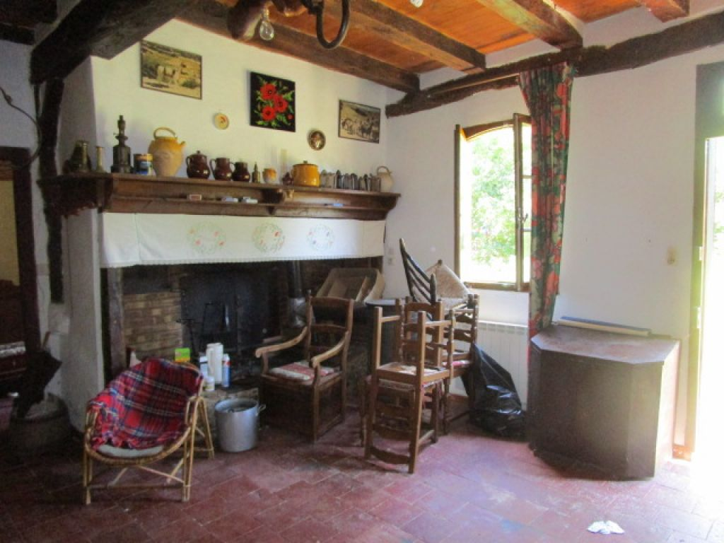 Old farmhouse, typical of the Gascony region, with a mix of wattle and daub and stone construction. Set in 1552m2 of land (a total of 12 acres available) and with a habitable space of 154m2
