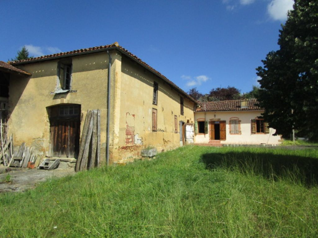 3 bedroom farmhouse with a number of outbuildings (350m2), including a chai with oak barrels and wine press, old stables and 81 acres of land (55 currently rented) with several fruit trees and a pond.