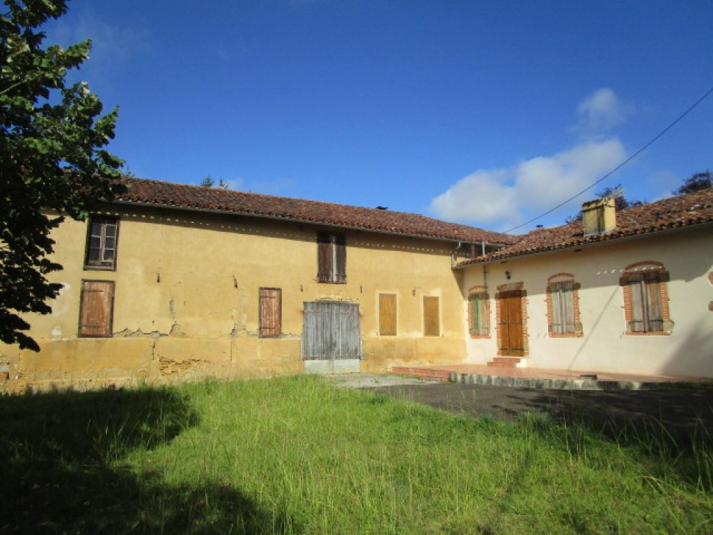 3 bedroom farmhouse with several outbuildings (350m2), including a chai with oak barrels and wine press, old stables and nearly 3 acres of land with fruit trees and a pond.