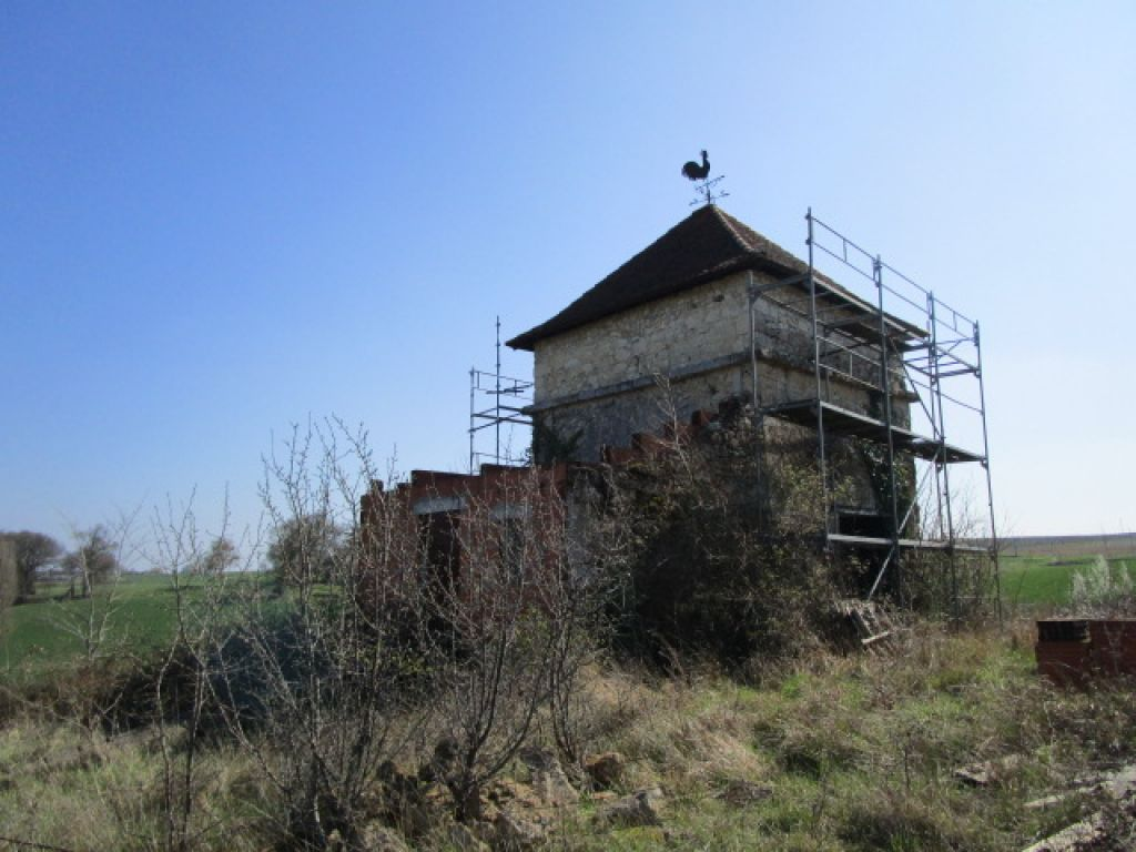 In a beautiful location, surrounded by unspoilt rolling countryside, is this ancient pigeonnier. The renovation of which (to create a studio) has been started. Also possible to request renewal of building permission for a house of 400m2