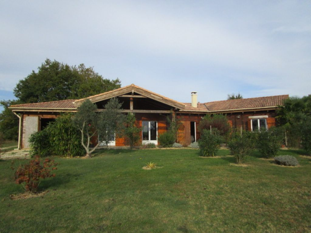 Wooden house built in 2007 with large open-plan living area and 3 bedrooms. Land of 2500m2 with jacuzzi, overlooking the countryside and mountains