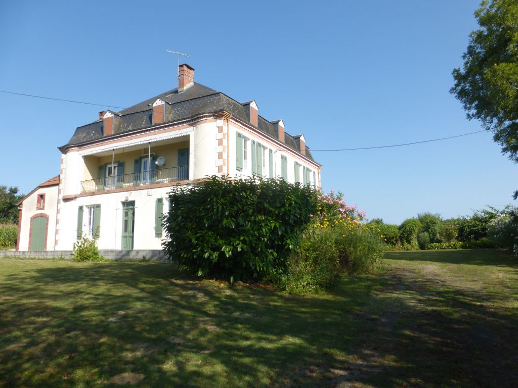 Elegant 'maison de maître' dating from the 19th century, a charming property offering 300m2 of tasteful living space.