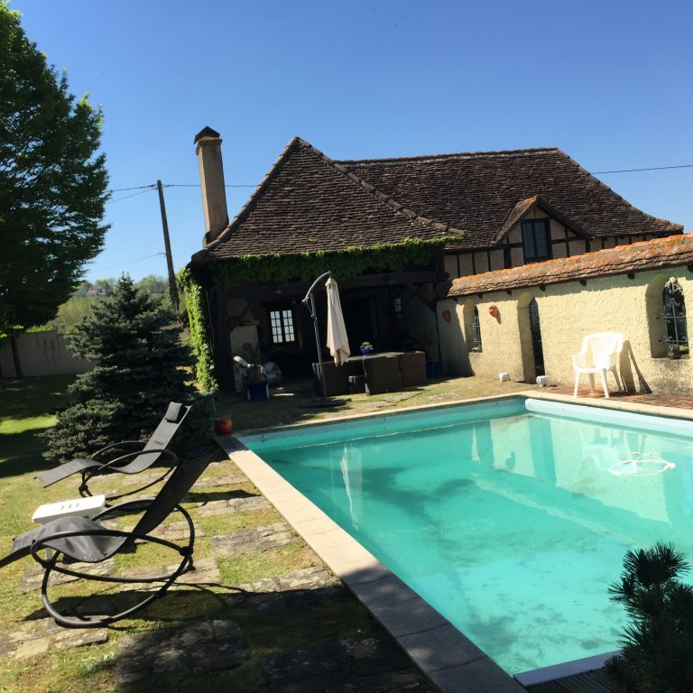 Character property fully restored in 1989 and an independent guesthouse, views over the countryside and Pyrenees.