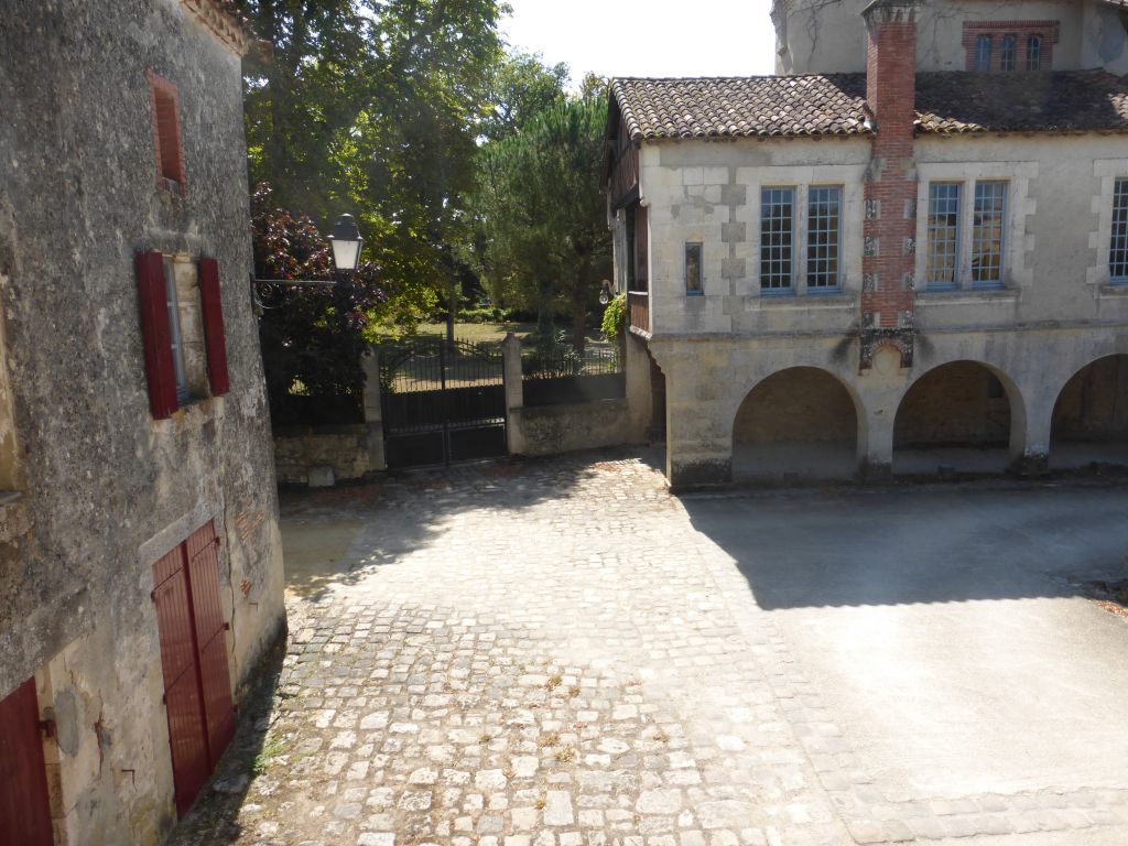 Spacious house in one of the most beautiful bastides in the South West with terrace, large courtyard, outbuildings, shed and garage.