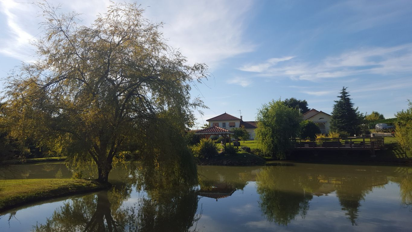 Magnificent character property dating from the 18th century, impeccably renovated and maintained in pristine condition, with a large fishing lake, pool of 12m x 6m and 2.2 ha's of beautiful parkland.