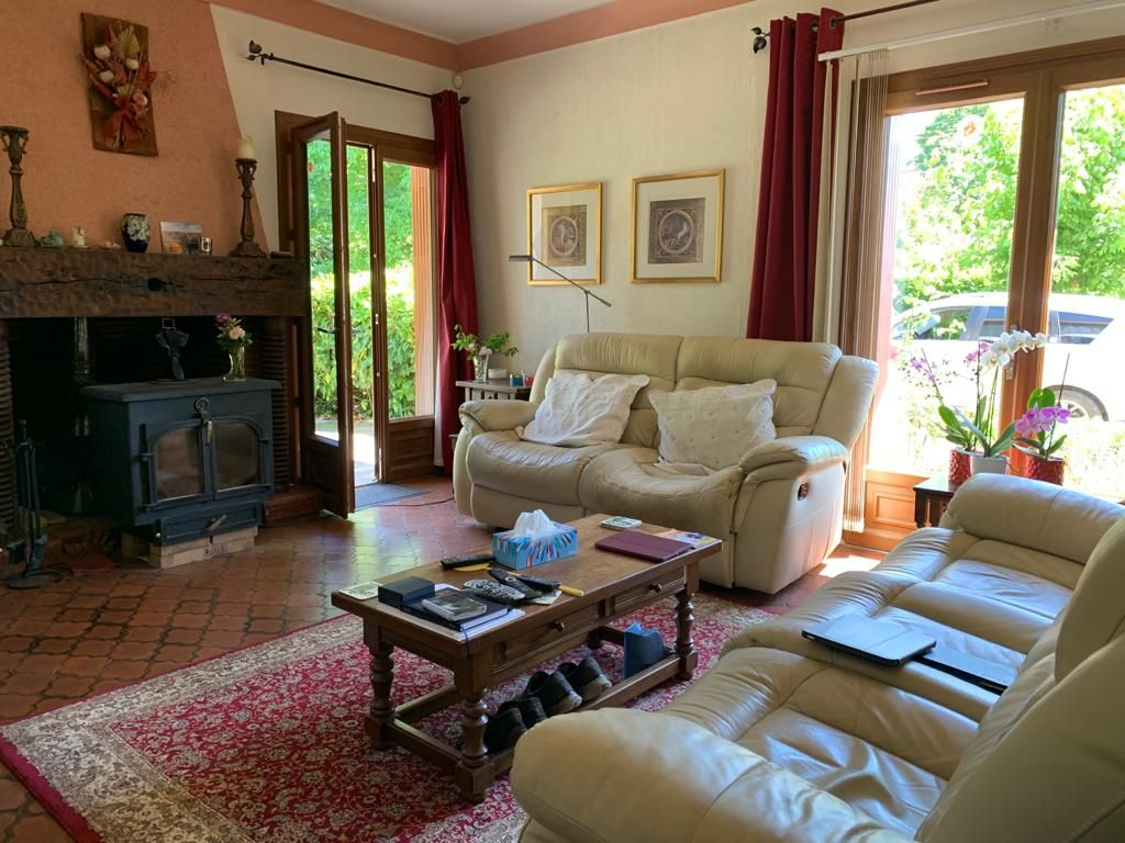 Spacious village property with pretty garden of 1638m2 which is easy to maintain plus decking area with jacuzzi. Offering approximately 210m2 of living accommodation,